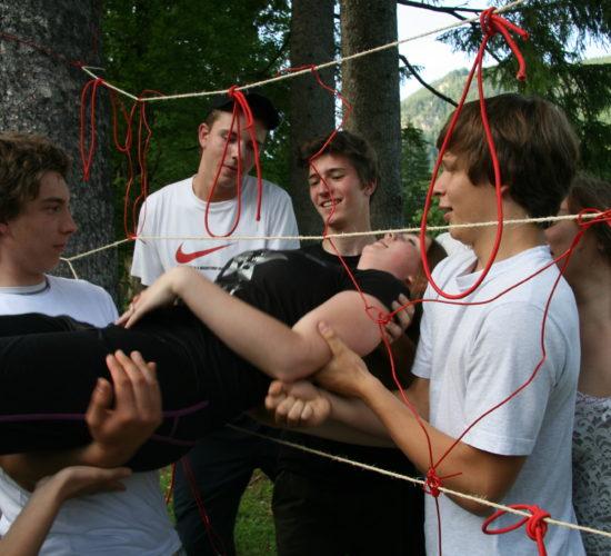 Gruppe Jugendlicher bei gruppendynamischem Spiel