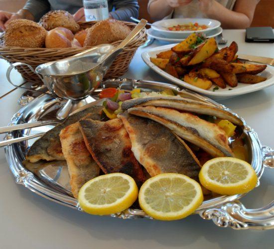 Fisch mit Bratkartoffeln und Gemüse.