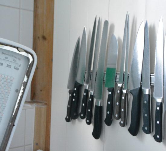 Verschiedene Messer an Magnetleiste